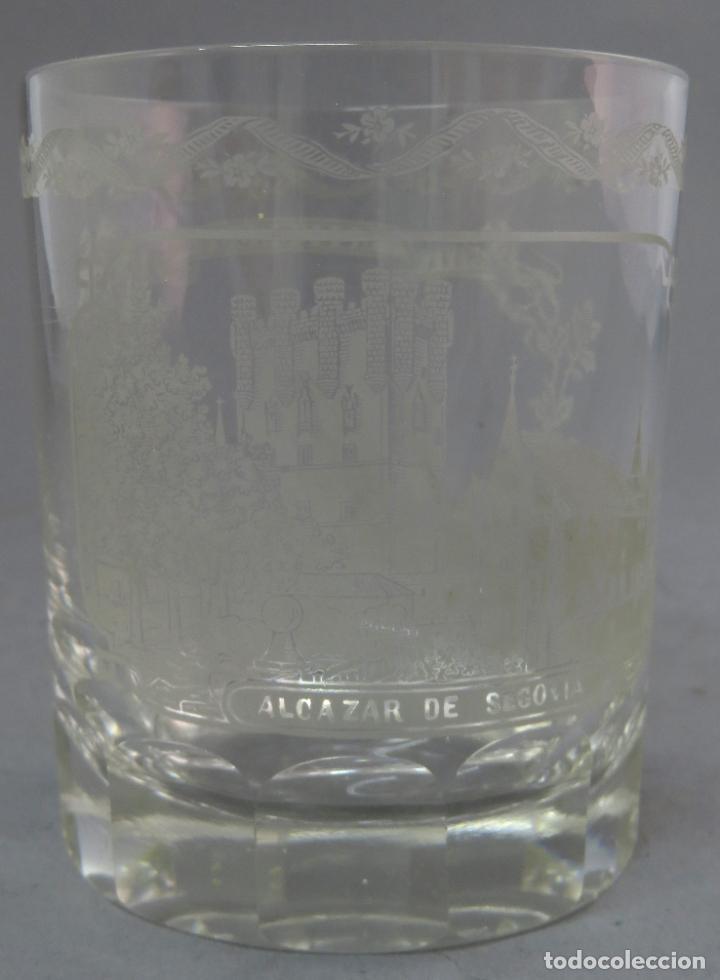 VASO DE CRISTAL DE LA GRANJA GRABADO AL ÁCIDO RECUERDO DEL ALCÁZAR DE SEGOVIA MEDIADOS SIGLO XIX (Antigüedades - Cristal y Vidrio - La Granja)