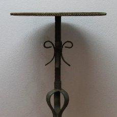 Antiquités: MESITA DE FUMADOR O VELADOR VINTAGE - HIERRO FORJA - MEDIADOS SIGLO XX. Lote 227189160