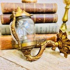 Antigüedades: BONITO APLIQUE DE LATON CON TULIPA DE CRISTAL TALLADO LAMPARA DE PARED DORADA AÑOS 50. Lote 97441675