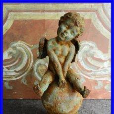 Antigüedades: GRACIOSO ANGELOTE DE HIERRO ENVEJECIDO SENTADO EN LA BOLA. Lote 227191155