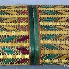 Antigüedades: TABAQUERA MARQUETERÍA EN PAJA DECORACIÓN GEOMÉTRICA TRABAJO FILIPINO PRIMERA MITAD DEL SIGLO XX. Lote 227191280