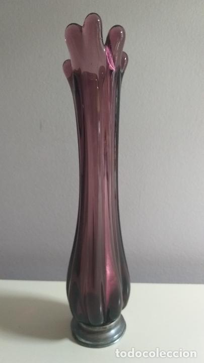 Antigüedades: Jarrón o florero. Morado. Forma de flor. Base plateada. 22 cm de altura. - Foto 5 - 227201309