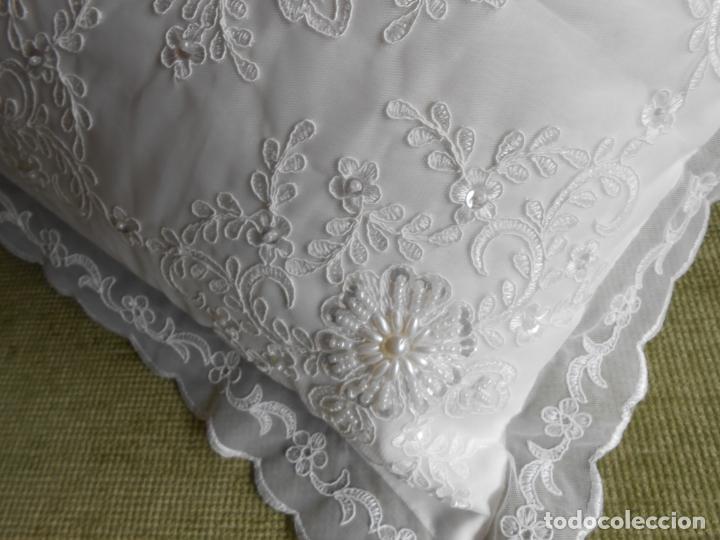 Antigüedades: Preciosa funda de cojin,bordada a mano con perlitas y Encajes.Blanco. 56 x 56 cm.Nuevo - Foto 2 - 227202345