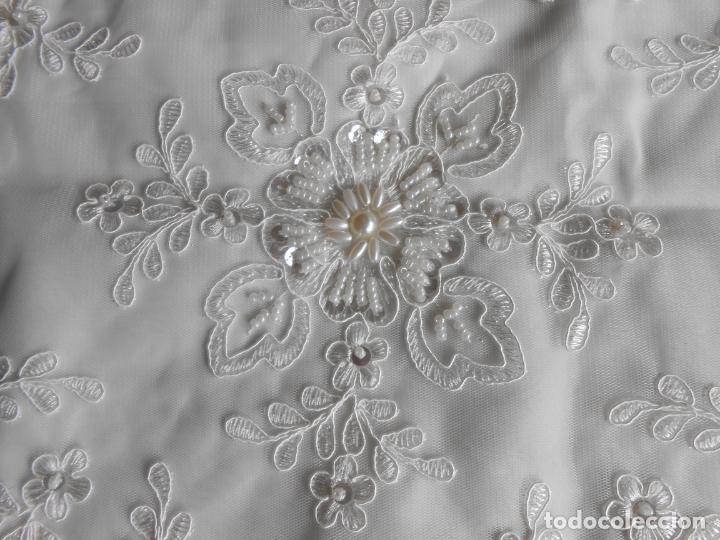 Antigüedades: Preciosa funda de cojin,bordada a mano con perlitas y Encajes.Blanco. 56 x 56 cm.Nuevo - Foto 4 - 227202345