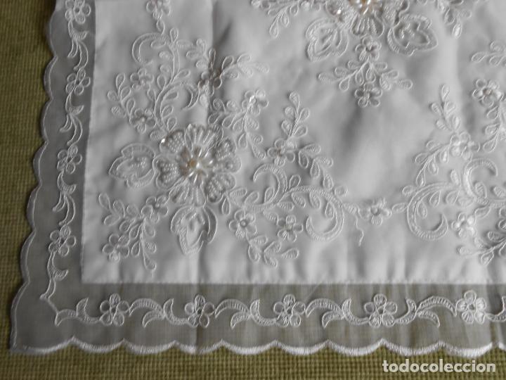 Antigüedades: Preciosa funda de cojin,bordada a mano con perlitas y Encajes.Blanco. 56 x 56 cm.Nuevo - Foto 5 - 227202345