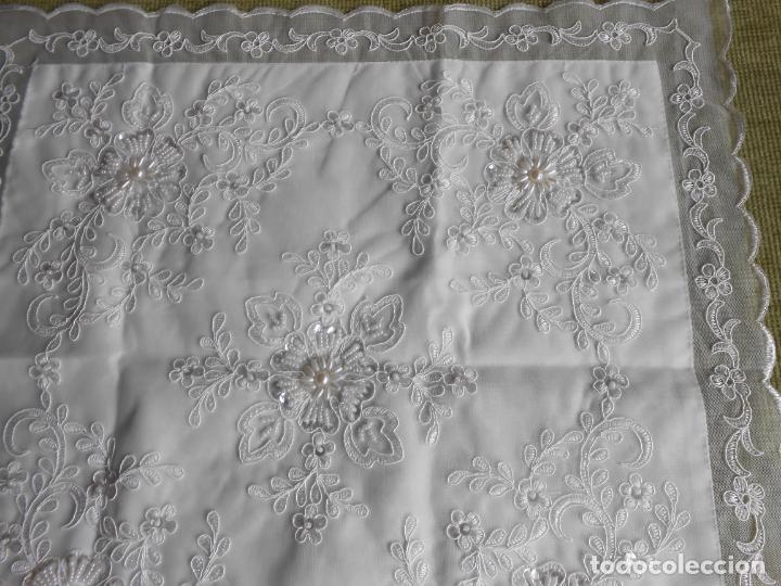 Antigüedades: Preciosa funda de cojin,bordada a mano con perlitas y Encajes.Blanco. 56 x 56 cm.Nuevo - Foto 6 - 227202345