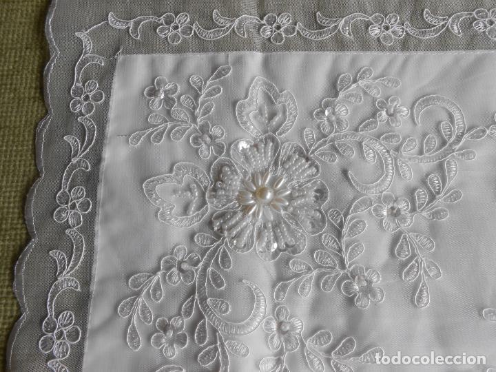 Antigüedades: Preciosa funda de cojin,bordada a mano con perlitas y Encajes.Blanco. 56 x 56 cm.Nuevo - Foto 7 - 227202345