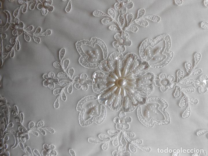 Antigüedades: Preciosa funda de cojin,bordada a mano con perlitas y Encajes.Blanco. 56 x 56 cm.Nuevo - Foto 8 - 227202345