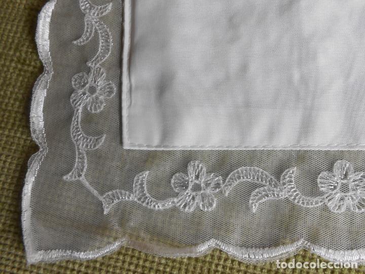 Antigüedades: Preciosa funda de cojin,bordada a mano con perlitas y Encajes.Blanco. 56 x 56 cm.Nuevo - Foto 11 - 227202345