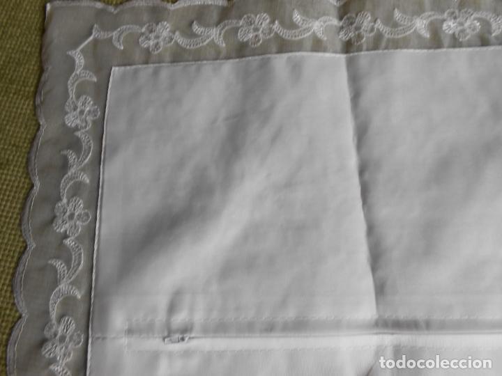 Antigüedades: Preciosa funda de cojin,bordada a mano con perlitas y Encajes.Blanco. 56 x 56 cm.Nuevo - Foto 12 - 227202345