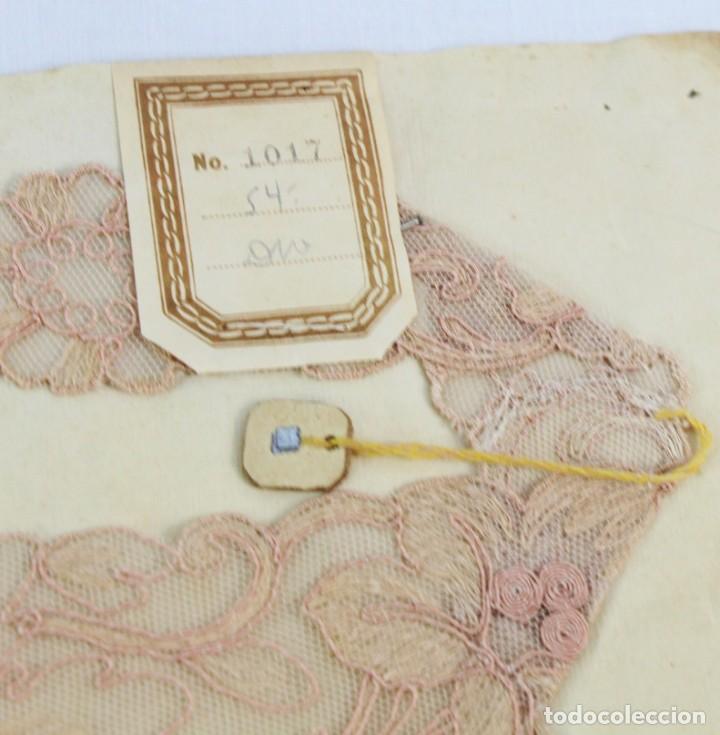 Antigüedades: Cuello en encaje bordado ca 1900. Nunca usado de muestrario. Estaba expuesto en marco y cristal. - Foto 2 - 270345718