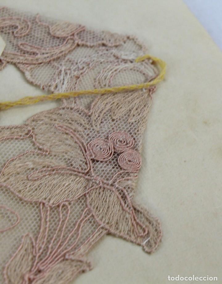 Antigüedades: Cuello en encaje bordado ca 1900. Nunca usado de muestrario. Estaba expuesto en marco y cristal. - Foto 3 - 270345718