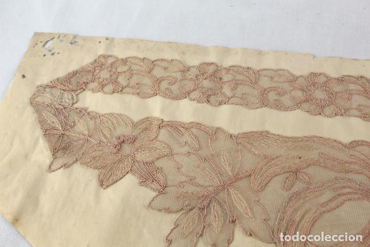 Antigüedades: Cuello en encaje bordado ca 1900. Nunca usado de muestrario. Estaba expuesto en marco y cristal. - Foto 5 - 270345718