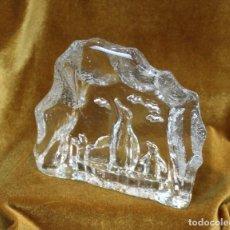 Antigüedades: PLACA DE VIDRIO CON FIGURAS DE PINGÜINOS MEDIANTE COLADA, 16,5 CM DE ALTO. Lote 227226555