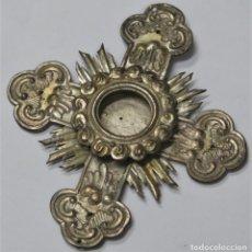 Antigüedades: MAGNIFICA CRUZ DE METAL CINCELADO Y PLATEADO PARA ALBERGAR RELIQUIA. SIGLO XIX. Lote 227257540