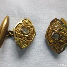 Antigüedades: ANTIGUOS GEMELOS DORADOS Y PIEDRA CENTRAL. Lote 227547240