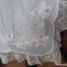 Antigüedades: MUY ANTIGUA, BONITA Y EXTRAORDINARIA SABANA CON FUNDA DE HILO FINOBORDADA A MANO CON ENCAJE VALENCIE. Lote 227604070