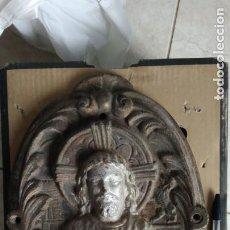 Antigüedades: ENORME PLACA SAGRADO CORAZON DE JESÚS, FONDO ESCUDO ESPAÑA, ANTIGUO DETENTE CARLISTA HIERRO FUNDIDO. Lote 227619645