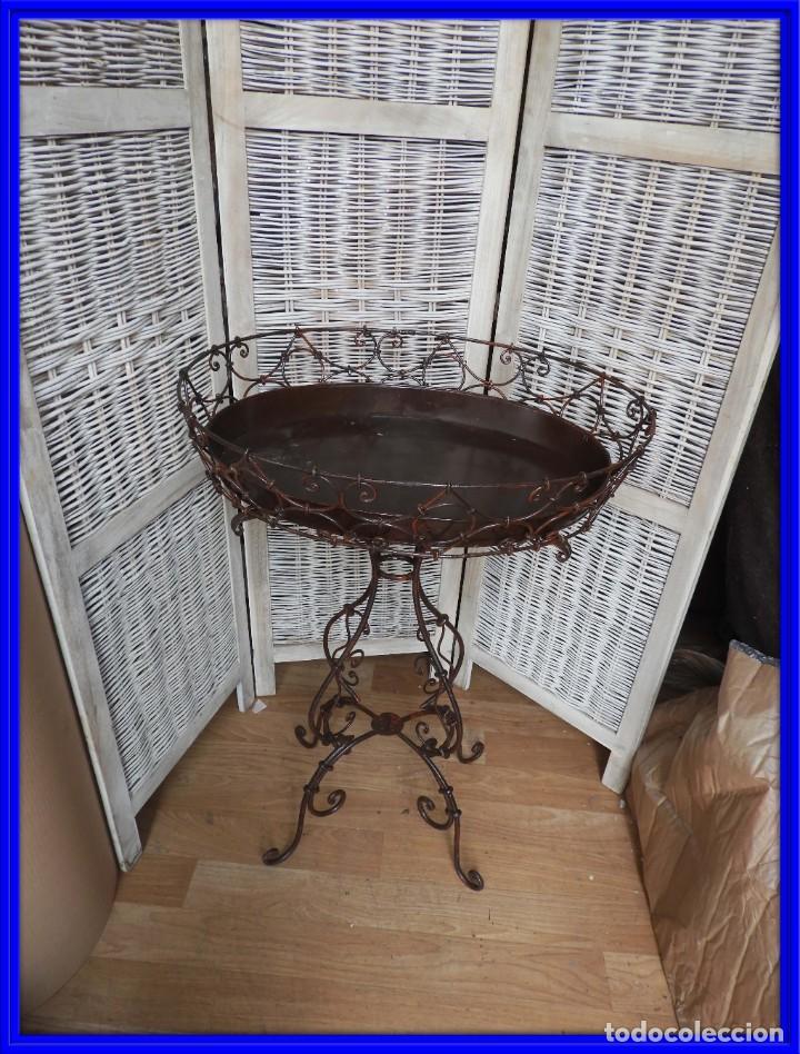 MESA DE HIERRO AUXILIAR CON BANDEJA CON FORMA OVAL (Antigüedades - Muebles Antiguos - Auxiliares Antiguos)