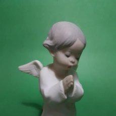 Antigüedades: PRECIOSO Y CONSERVADO ANGEL ORANDO DE LLADRÓ EN CERAMICA MATE PRIMERA EPOCA SELLO REVERSO. Lote 227672279