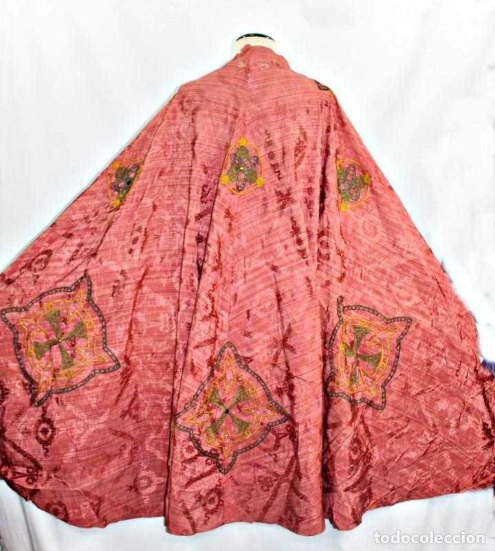 T1 - GRAN CAPA PLUVIAL. SEDA BROCADA CON BORDADOS, HILOS DE ORO Y PEDRERÍA. CA 1820 (Antigüedades - Religiosas - Capas Pluviales Antiguas)