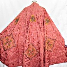 Antigüedades: T1 - GRAN CAPA PLUVIAL. SEDA BROCADA CON BORDADOS, HILOS DE ORO Y PEDRERÍA. CA 1820. Lote 227679225