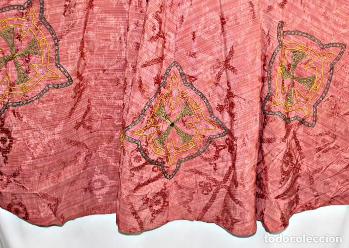 Antigüedades: T1 - Gran capa pluvial. Seda brocada con bordados, hilos de oro y pedrería. ca 1820 - Foto 2 - 227679225