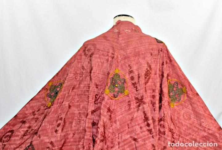 Antigüedades: T1 - Gran capa pluvial. Seda brocada con bordados, hilos de oro y pedrería. ca 1820 - Foto 3 - 227679225