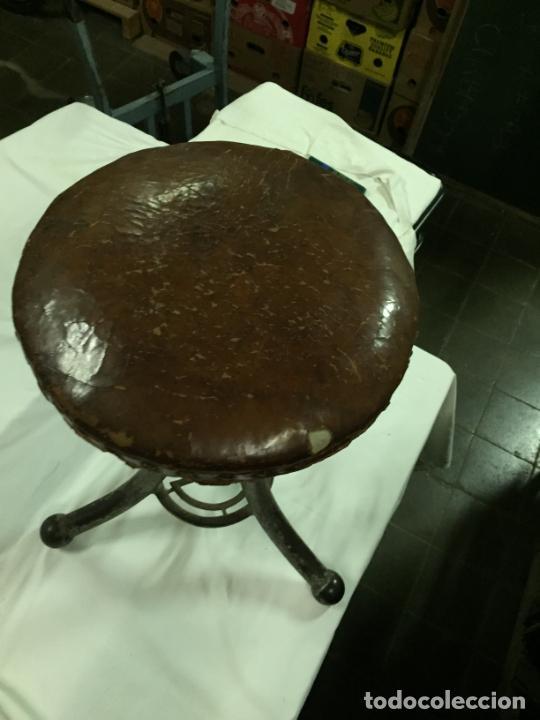 Antigüedades: Antiguo taburete industrial de hierro colado con parte superior de piel marca C.R. años 20-30 - Foto 2 - 227765290