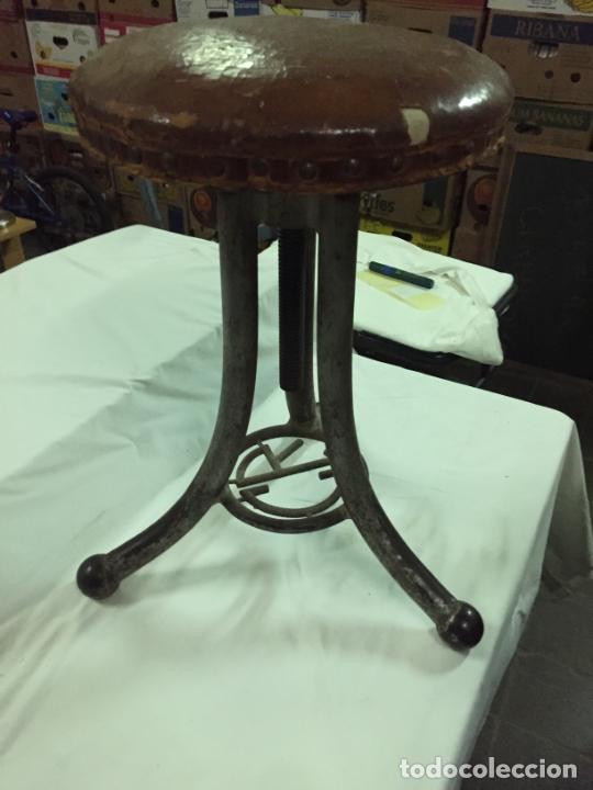 Antigüedades: Antiguo taburete industrial de hierro colado con parte superior de piel marca C.R. años 20-30 - Foto 5 - 227765290