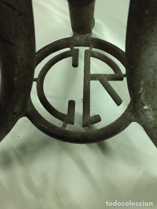Antigüedades: Antiguo taburete industrial de hierro colado con parte superior de piel marca C.R. años 20-30 - Foto 7 - 227765290