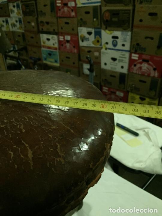 Antigüedades: Antiguo taburete industrial de hierro colado con parte superior de piel marca C.R. años 20-30 - Foto 11 - 227765290