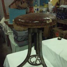 Antigüedades: ANTIGUO TABURETE INDUSTRIAL DE HIERRO COLADO CON PARTE SUPERIOR DE PIEL MARCA C.R. AÑOS 20-30. Lote 227765290