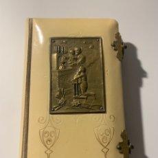 Antigüedades: BONITO MISALEN. PASTA DE GALALITE Y PLACA DE BRONCE. AÑO 1925. Lote 227943687