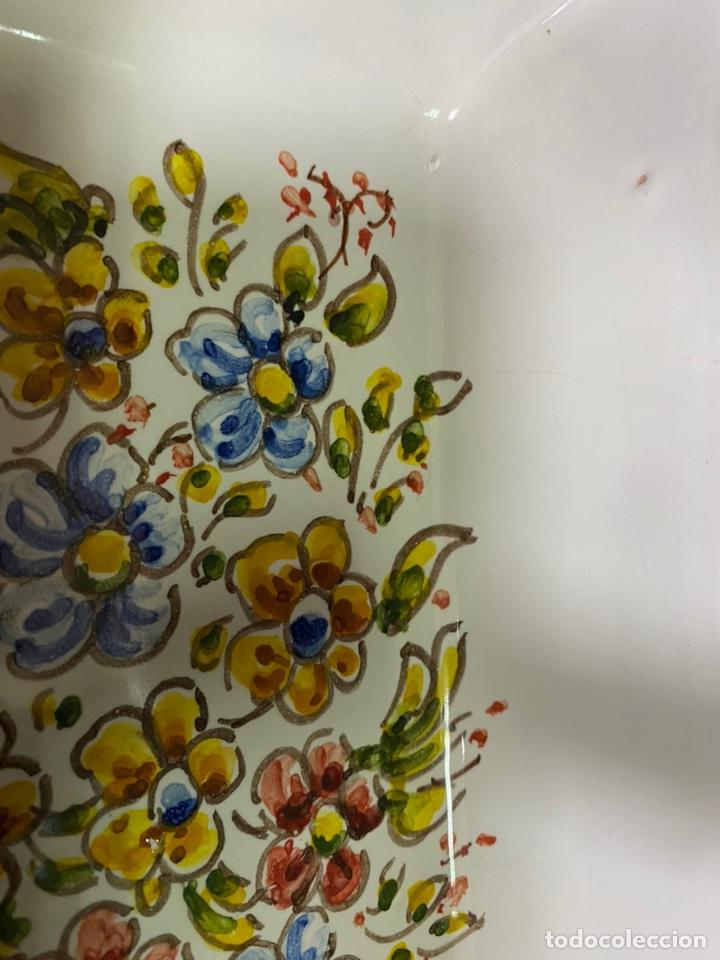 Antigüedades: Bandeja pintada a mano Talavera flores - Foto 5 - 227963645