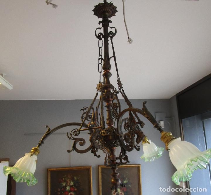 Antigüedades: Antigua Lámpara de Techo de Gas - Bronce - Tulipas de Cristal - 3 Luces - Electrificada - Funciona - Foto 4 - 228007275