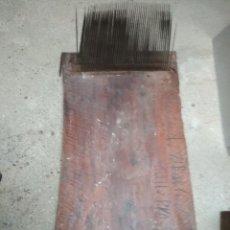 Antigüedades: ANTIGUA PINTA O CARDADOR DE LANA. CON INSCRIPCIONES. AÑO 1877. CALLE PROGRESO DEL BARRIO DE GRACIA. Lote 228011750