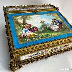 Antigüedades: CAJA DE PORCELANA FRANCESA DE SEVRES Y BRONCE. S.XIX.. Lote 228014960