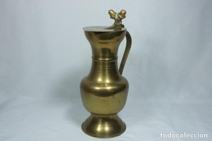 Antigüedades: Antigua jarra de latón y cobre amarillo fabricada en India - Foto 2 - 228016155