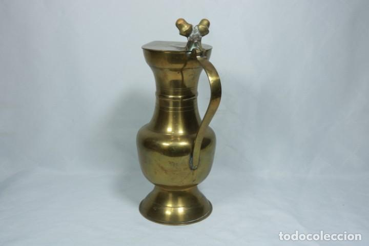 Antigüedades: Antigua jarra de latón y cobre amarillo fabricada en India - Foto 8 - 228016155