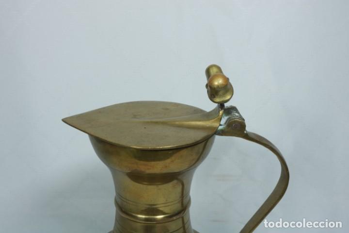 Antigüedades: Antigua jarra de latón y cobre amarillo fabricada en India - Foto 10 - 228016155