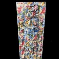 Antigüedades: TABLA DECORADA CON MOTIVOS DE CERÁMICAS CHINAS Y FLORES.. Lote 228055190