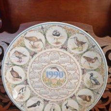 Antigüedades: PLATO CALENDARIO DE PORCELANA INGLESA WEDGWOOD DEL AÑO 1990, WADERS. 25,5 CMS. Lote 228068625