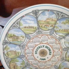 Antigüedades: PLATO CALENDARIO DE PORCELANA INGLESA WEDGWOOD DEL AÑO 1996, STATELY HOMES. 26 CMS. Lote 228070150