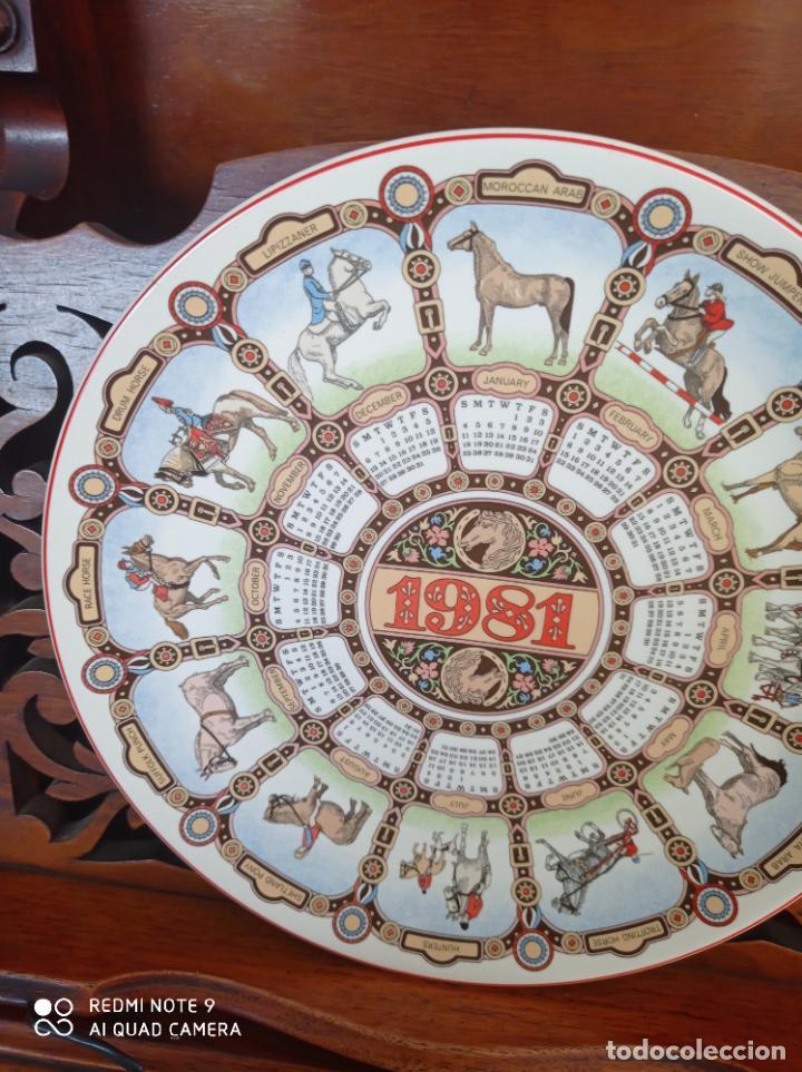 PLATO CALENDARIO DE PORCELANA INGLESA WEDGWOOD DEL AÑO 1981, HORSES. 26 CMS (Antigüedades - Porcelanas y Cerámicas - Inglesa, Bristol y Otros)