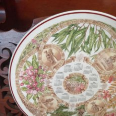 Antigüedades: PLATO CALENDARIO DE PORCELANA INGLESA WEDGWOOD DEL AÑO 2002, SEASONS TREES. 26 CMS. Lote 228070705