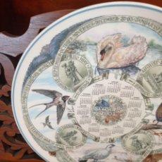 Antigüedades: PLATO CALENDARIO DE PORCELANA INGLESA WEDGWOOD DEL AÑO 2003, SEASONS BIRDS. 26 CMS. Lote 228070850
