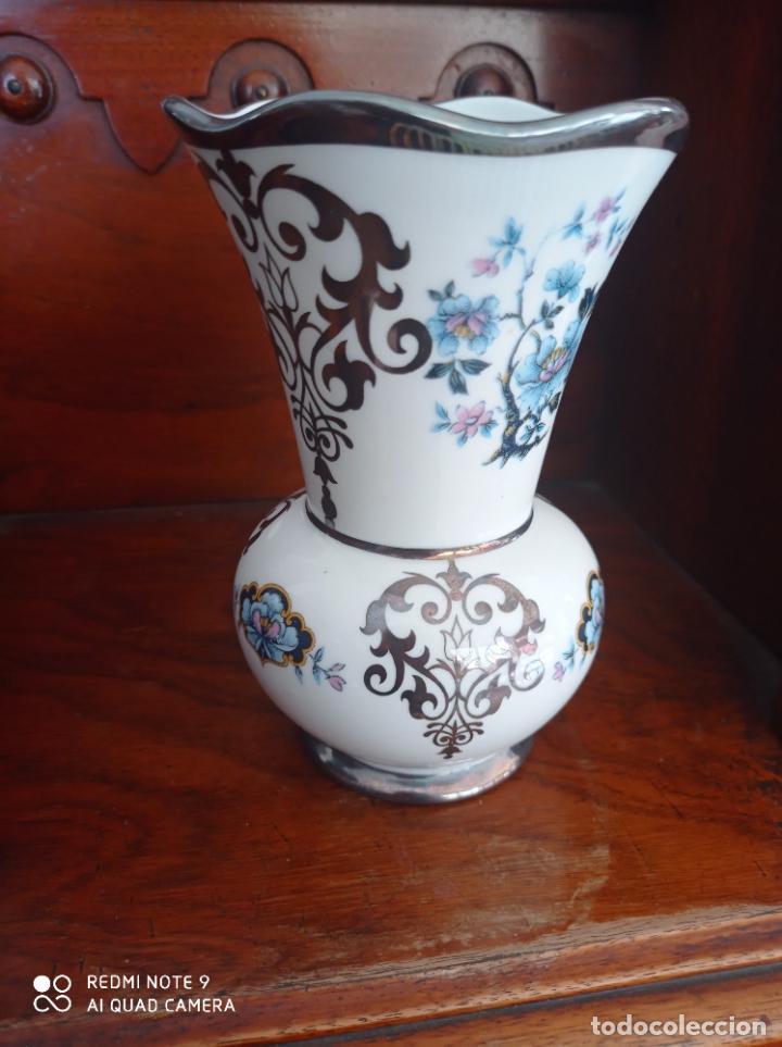 JARRON DE BOHEMIA CON ACABADOS EN PLATA DE LEY, DE 16 CMS ALTO-10,5 CMS DE BOCA. VER FOTOS (Antigüedades - Porcelana y Cerámica - Alemana - Meissen)