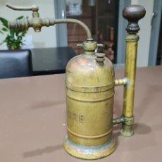 Antigüedades: BOMBA / FUMIGADOR INSECTICIDA MANUAL LENURB DE LATON. Lote 228194975
