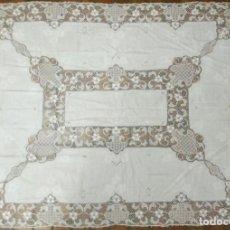 Antigüedades: ANTIGUO MANTEL DE LINO Y ENCAJE DE VENECIA S.XIX. Lote 228197420